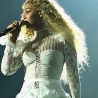Beyoncé sur scène le 9 mai 2016 avec une robe créée par le styliste israélien Inbal Dror (Crédit : autorisation Formation Nation)