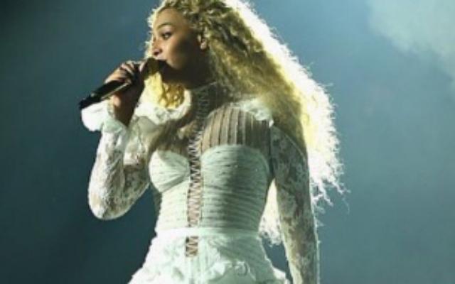 Beyonce sur scène le 9 mai 2016 avec une robe créée par le styliste israélien Inbal Dror (Crédit : autorisation Formation Nation)