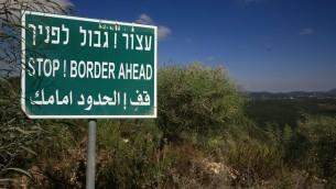 Panneau le long de la frontière israélo-libanaise. (Crédit : Doron Horowitz/Flash90)