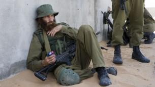 Soldat israélien réserviste dans le désert du Néguev, au sud d'Israël. Illustration. (Crédit : Matanya Tausig/Flash90)