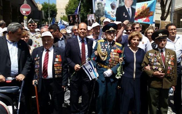 Les vétérans de la Seconde Guerre mondiale posent avec le maire de J2rusalem, Nir Barkat, durant un défilé commémorant le 8-Mai, dans la capitale, le 8 mai 2016 (Crédit : Barry Rosenberg)