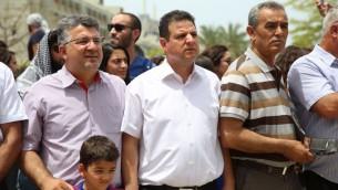 Les députés Ayman Odeh (au centre) et Jamal Zahalka (à droite) de la Liste arabe unie pendant l'évènement commémorant la Nakba à l'université de Tel Aviv, le 15 mai 2016. (Crédit : porte-parole de la Liste arabe unie)