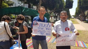 Les députés Youssef Jabareen (à droite) et Dov Khenin de la Liste arabe unie pendant la manifestation de soutien à Umm al-Hiran à Tel Aviv, le 20 mai 2016. (Crédit : porte-parole de la Liste arabe unie)
