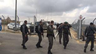 Gardes-frontières au checkpoint Ras BIdu après une tentative d'attaque au couteau, le 23 mai 2016. (Crédit : porte-parole de la police)