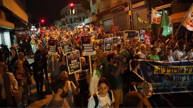 Les manifestants protestent contre la nomination du président de Yisrael Beytenu, Avigdor Liberman, comme ministre de la Défense, dans le centre de Tel Aviv, le 28 mai 2016 (Crédit : autorisation Liste arabe unie)