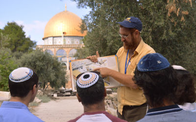 Sur le mont du Temple, Yehuda Glick montre à des Juifs religieux un diagramme du Temple juif, qui se trouvait autrefois à l'emplacement du Dôme du Rocher, à Jérusalem, le 17 septembre 2013. (Crédit : Christa Case Bryant/The Christian Science Monitor via Getty Images)