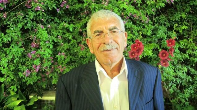 """Le producteur de fraises gazaoui Ahmed Shafai, 79 ans, chez le consul général des Etats-Unis à Jérusalem. Bien que les fraises ne soient pas de saison et donc absentes du menu, Shafai est connu comme le """"grand-père"""" de la production de fraises à Gaza, le 9 mai 2016. (Crédit : Melanie Lidman/Times of Israel)"""