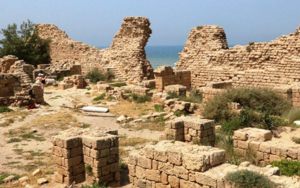 Une vue de la citadelle, qui a été bien conservée après avoir été enterrée dans le sable pendant des siècles (Crédit : Shmuel Bar-Am)