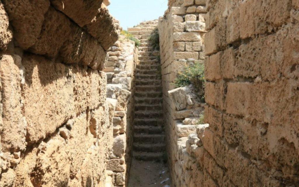 Un escalier dans la citadelle antique bien conservée (Crédit : Shmuel Bar-Am)