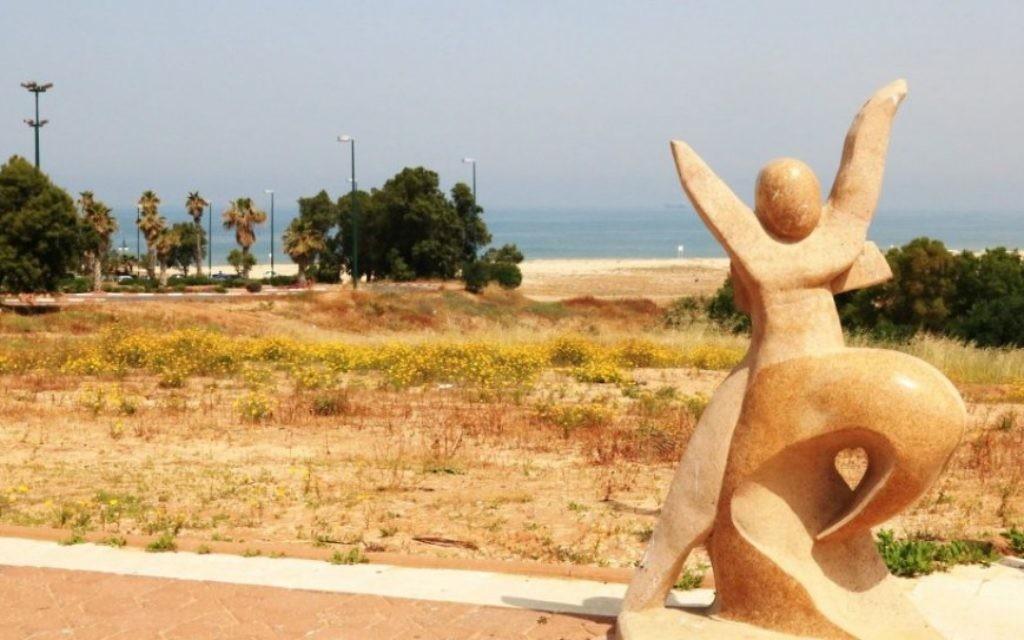 Une sculpture près de l'une des sept plages d'Ashdod (Crédit : Shmuel Bar-Am)