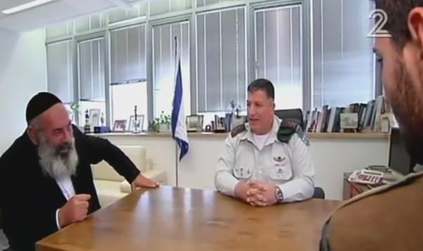 Avraham Sinai (à gauche) et son ancien responsable, le général Yoav Mordechai (eu centre), avec Amos Sinai. (Crédit : capture d'écran Deuxième chaîne)