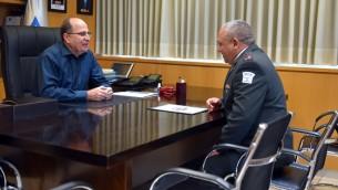 Le ministre de la Défense sortant Moshe Yaalon avec le chef d'Etat-major de l'armée israélienne, Gadi Eizenkot, au quartier général de l'armée à Tel Aviv, le 22 mai 2016. (Crédit : Ariel Hermoni/ministère de la Défense)