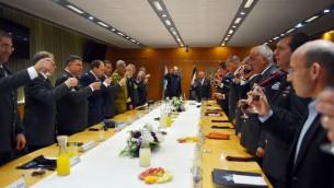 Le ministre de la Défense sortant Moshe Yaalon trinque avec l'Etat-major de l'armée israélienne avant sa cérémonie de départ au quartier général de l'armée à Tel Aviv, le 22 mai 2016. (Crédit : Ariel Hermoni/ministère de la Défense)