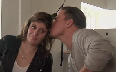 La reporter juive canadienne, Carly Fleischmann, se fait embrasser par l'acteur Channing Tatum lors d'une interview du 29 avril 2016 pour son émission de chat online (Crédit : capture d'écran YouTube)
