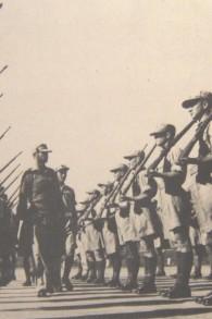 Le futur chef d'état-major de Tsahal, Haim Laskov, inspecte les nouvelles recrues de l'armée israélienne en plein développement en 1949. (Crédit : archives israéliennes)