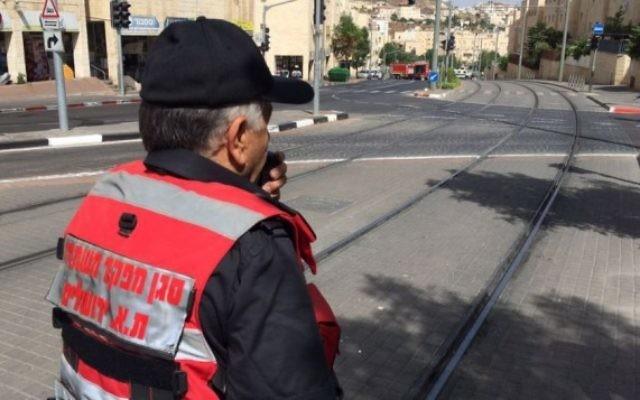 Les équipes d'urgence déployées sur le boulevard Moshe Dayan après une fuite d'un produit chimique toxique non identifié à Jérusalem, le 17 mai 2016. (Crédit : pompiers de Jérusalem)