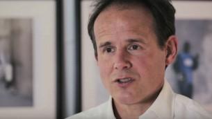 James Cowan, président de HALO Trust, une association britannique qui nettoie des champs de mines dans le monde entier. (Crédit : capture d'écran YouTube)