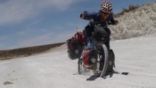 Sadan dans le désert de Bolivie durant son tour du monde de 2007 à 2011 (Crédit : autorisation Roei Sadan)