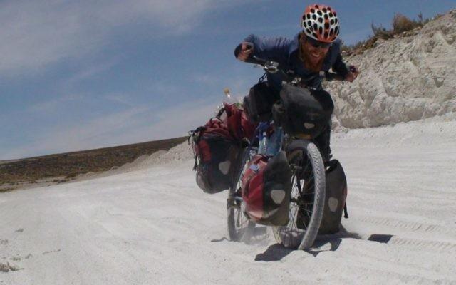 Roei Sadan dans le désert de Bolivie. (Crédit : Autorisation Roei Sadan)