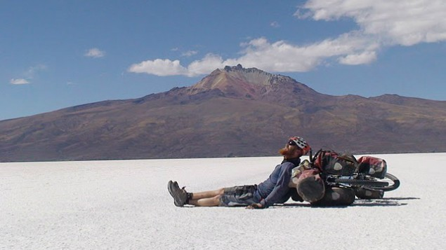 """Roei """"Jinji"""" Sadan se repose lors de sa traversée du désert en Bolivie durant son tour du monde en vélo entre 2007 et 2011 (Crédit : autorisation Roei Sadan)"""