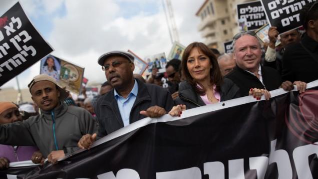 Le député d Likud Avraham Neguise (deuxième à gauche), la députée de l'Union sioniste Revital Swid (deuxième à droite) et le député Likud David Amsalem (à droite) pendant une manifestation pour l'immigration en Israël des juifs éthiopiens, à Jérusalem, le 20 mars 2016. (Crédit : Corinna Kern/Flash90 )