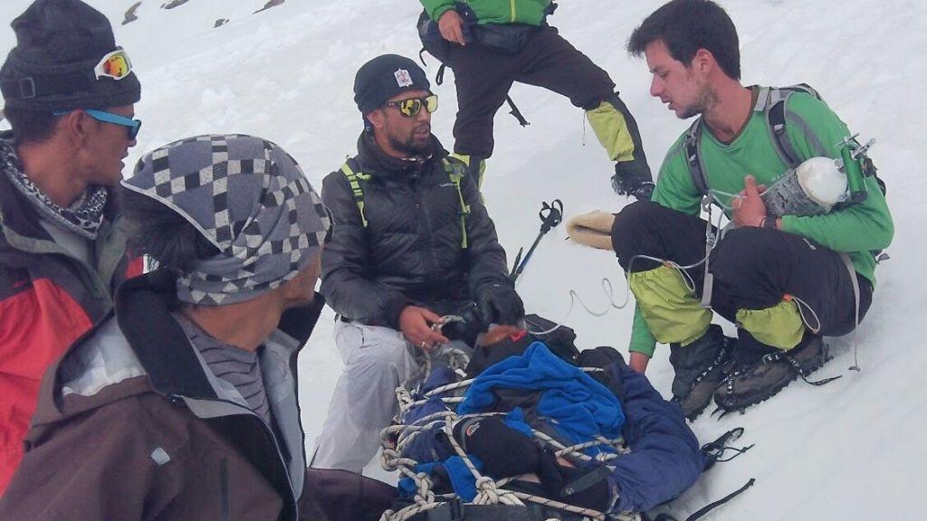 Des alpinistes israéliens et indiens donnent à Sadan les premiers secours juste après sa chute (Crédit : autorisation Roei Sadan)