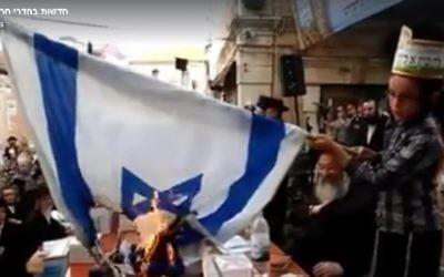 Un enfant brûle un drapeau israélien dans le quartier ultra-orthodoxe de Mea Shearim, à Jérusalem, pendant la fête de Lag BaOmer, le 25 mai 2016. (Crédit : capture d'écran Facebook)