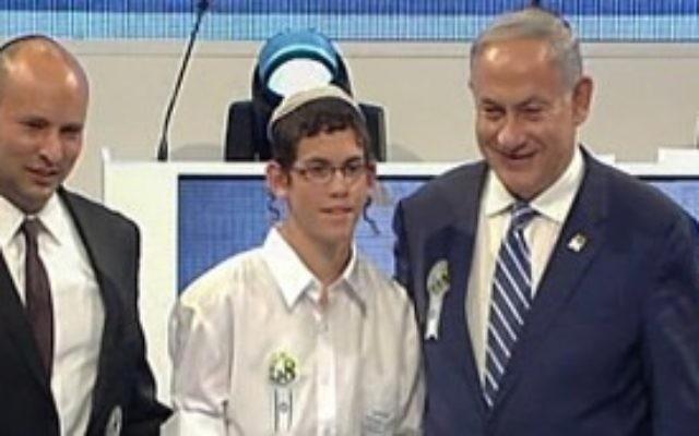 Elkana Friedman, vainqueur du concours biblique international, avec le ministre de l'Education Naftali Bennett (à gauche) et le Premier ministre Benjamin Netanyahu (à droite), le 12 mai 2016. (Crédit : capture d'écran Première chaîne)