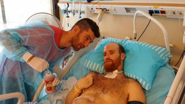 Sadan avec un ami à l'hôpital durant son rétablissement (Crédit : autorisation Roei Sadan)