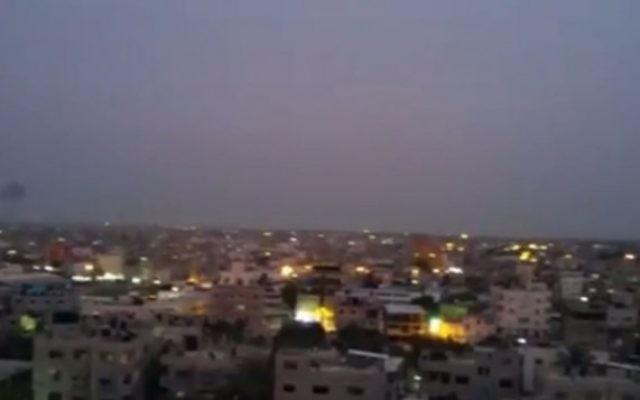 Des volutes de fumées s'élèvent dans le ciel après des frappes aériennes sur Rafah, dans la bande de Gaza, le 4 mai 2016. (Crédit : capture d'écran Twitter/Shehab)