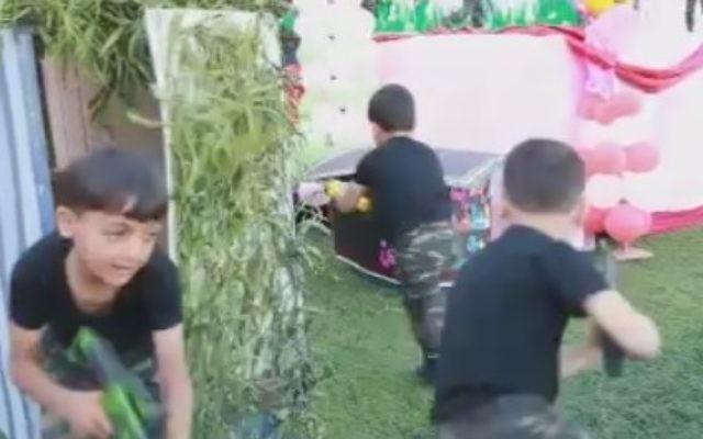 """Des petits garçons palestiniens émergent d'un """"tunnel"""" pendant une représentation dans le cadre du Festival de Palestine pour les enfants et l'éducation, dans la bande de Gaza, en avril 2016. (Crédit : autorisation MEMRI)"""