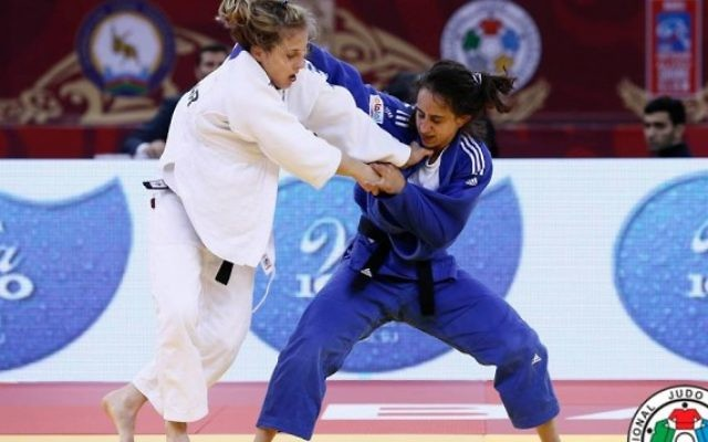 La judoka israélienne Gili Cohen (en bleu) contre sa concurrente au Grand Chelem à Bakou le 6 mai 2016 (photo: G. Sabau / IJF Media)