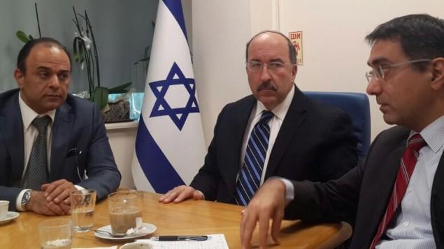 Le consul général d'Israël à Istanbul, Shai Cohen (à gauche) avec le directeur général du ministère des Affaires étrangères Dore Gold et le chef du bureau Gilad Cohen, le 21 mars 2016, à Istanbul. (Crédit : ministère des Affaires étrangères)