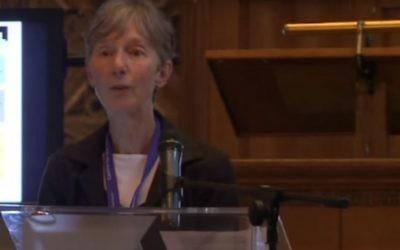 Catherine Hall pendant une conférence sur l'héritage du colonialisme à l'université Utrecht le 21 juin 2013. (Crédit : capture d'écran YouTube)