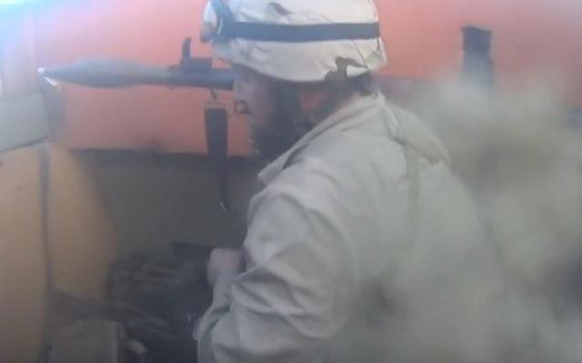 Capture d'écran d'une vidéo qui aurait été prise par une caméra d'action portée sur la tête par un combattant de l'Etat islamique au cours d'un combat contre les forces peshmerga en Irak, en mars 2016. (Crédit photo : capture d'écran : YouTube)