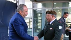 Le nouveau ministre de la Défense Avigdor Liberman avec le chef d'Etat-major Gadi Eizenkot pendant une cérémonie d'accueil au ministère de la Défense, le 31 mai 2016. (Crédit : Ariel Harmoni/ministère de la Défense)