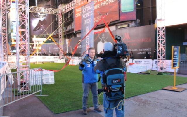 Un journaliste diffuse une interview télévisée en live en utilisant un équipement LiveU (Crédit : autorisation)