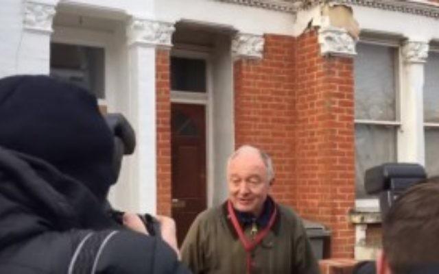 Ken Livingstone devant sa maison, à Londres, vendredi 29 avril 2016. (Crédit photo : capture d'écran YouTube)