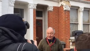Ken Livingstone devant sa maison, à Londres, vendredi 29 avril 2016. (Crédit photo : capture d'écran YouTube)