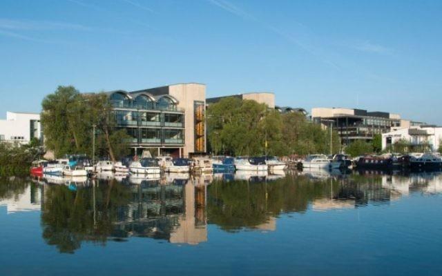 L'université de Lincoln, depuis Braydford Pool, le 22 mai 2010. (Crédit : CC BY Wikimedia commons)