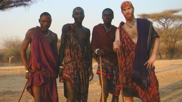 Sadan au Kenya avec des membres d'une tribu Masai durant son tour du monde en vélo entre 2007 et 2011 (Crédit : autorisation Roei Sadan)