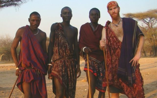 Sadan au Kenya avec des membres d'une tribu Masai durant son tour du monde en vélo entre 2007 et 2011. (Crédit : Autorisation Roei Sadan)
