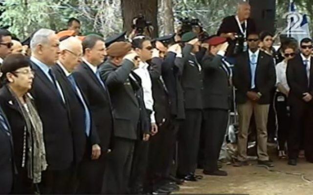 Dirigeants politiques et militaires pendant une minute de silence à la cérémonie de commémoration officielle du Jour du Souvenir au cimetière militaire du mont Herzl, à Jérusalem, le 11 mai 2016. (Crédit : capture d'écran Deuxième chaîne)