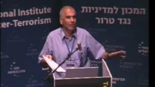 Nitzan Nuriel pendant une conférence en 2013. (Crédit : capture d'écran YouTube/ICT)