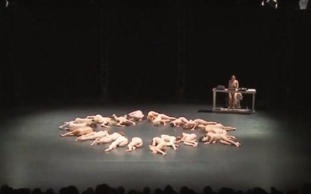 """Le spectacle de danse """"Plus que nu"""", de la chorégraphe autrichienne Doris Uhlich, qui a été représenté à Jérusalem dans le cadre du festival d'Israël, le 27 mai 2016. (Crédit : capture d'écran YouTube)"""