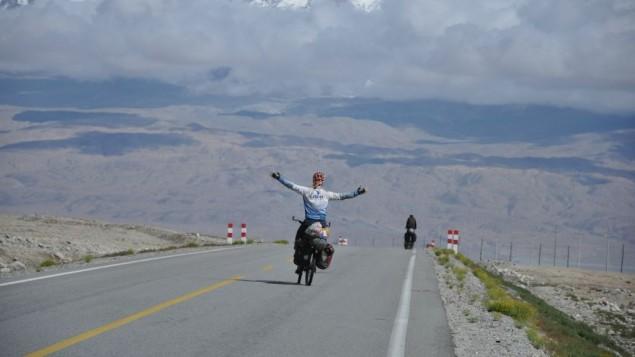 Sadan a parcouru 66 000 km en vélo dans 42 pays sur 5 années au cours de son tour du monde (Crédit : autorisation Roei Sadan)