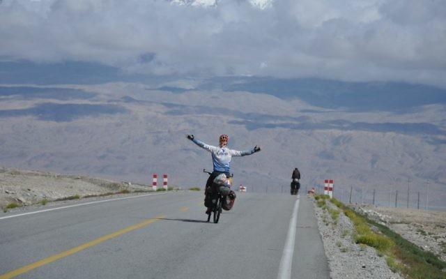 Sadan a parcouru 66 000 km en vélo dans 42 pays sur 5 années au cours de son tour du monde. (Crédit : Autorisation Roei Sadan)