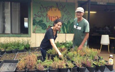 """Michael Manor, propriétaire du label 'Miracle de Mère Nature"""", et sa fille, directrice de bureau, Shahar Groode, au siège de la ferme sur l'île de Hawaï (Crédit : Lisa Klug / Times of Israel)"""