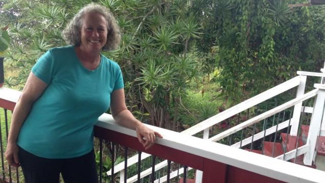 Una Greenway, cultivatrice bio et présidente du Kona Beth Shalom, dans sa ferme de la région de Captain Cook sur la Grande île d'Hawaï (Crédit : Lisa Klug/Times of Israel)