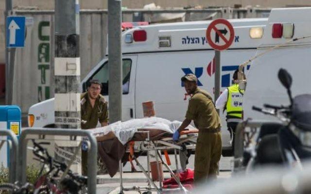Des paramédicaux de l'armée israélienne évacuent le corps d'un Palestinien au checkpoint de Qalandiya après une tentative présumée d'attaque au couteau, le 27 avril 2016. (Yonatan Sindel / Flash90)